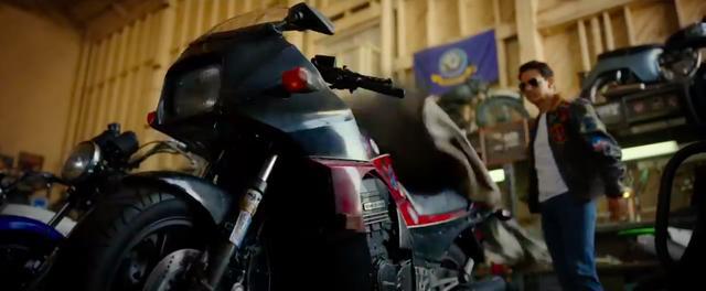 画像: バイクカバーを外し、相棒だったニンジャ・・・GPz900Rと再会するマーベリック・・・(多分、そういうシーンなのでしょう?)。 www.youtube.com