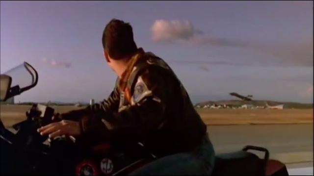 画像: ジェット戦闘機と滑走路を並走するカワサキGPz900R・・・前作の象徴的なシーンのひとつでした! youtu.be