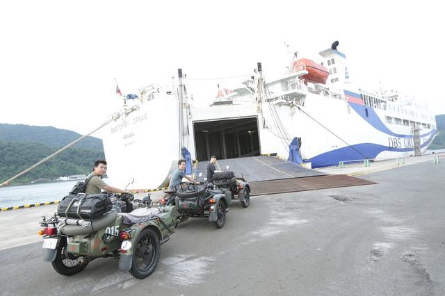 画像: 境港にて手続きをして、イースタンドリーム号にウラルサイドカーを載せます! いよいよ海を越えてのアドベンチャーツアーが始まります! ©︎奥村純一