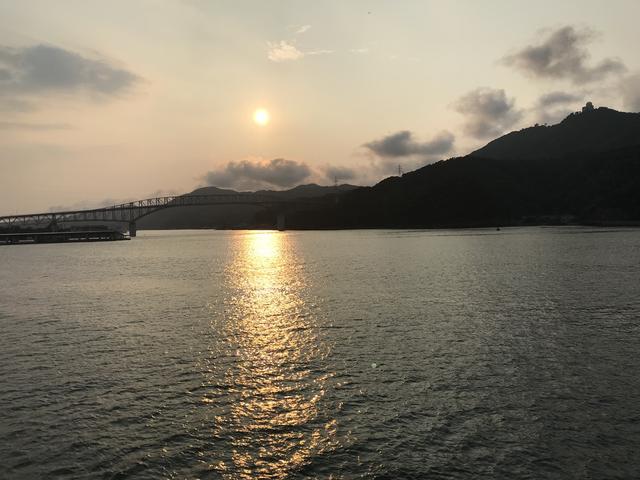 画像: 境港の夕日を船上から眺めました・・・。スピード優先が正義! みたいな今の世の中ですが、時間をかけて旅をすることの贅沢かつ優雅な気分を、今回の船旅では味わうことができました。