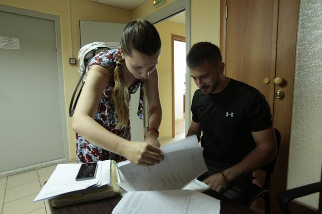 画像: ロシア美人のコーディーネーターの指示どおりに、たくさんの書類にサインをしていきます。ひたすら、ほとんどすべての紙にサインをしていく・・・というノリ? でした(笑)。 ©︎奥村純一