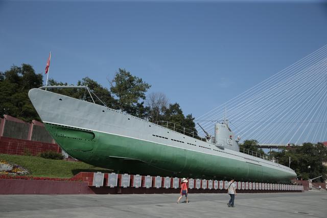 画像: 軍港としての歴史も長いウラジオストクですから、ミリタリー系の観光史跡が多いのが特徴のひとつです。こちらはコラベリナヤ海岸通りに展示されているディーゼル・エレクトリックエンジン方式のC-56潜水艦ですが、その内部が博物館になっているのです! ©︎奥村純一