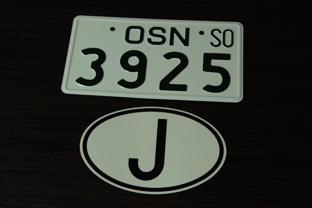 画像: こちらが船で運んだウラルサイドカーにつけるナンバープレートと、国籍を示す「J」のデカールです。©︎奥村純一