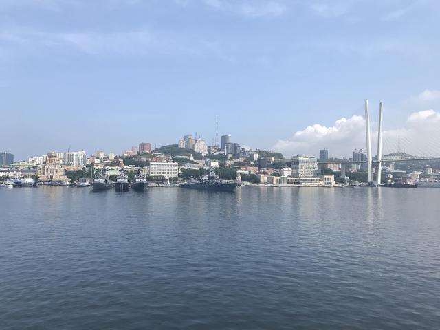 画像: 約2日間の船旅の目的地、ウラジオストクの港に到着! 手前に見えるのは、ロシアの軍艦です!