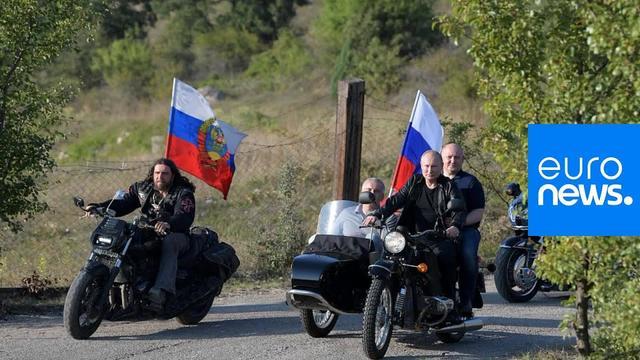 画像: What protests? Putin rides with Night Wolves bikers in Crimea youtu.be