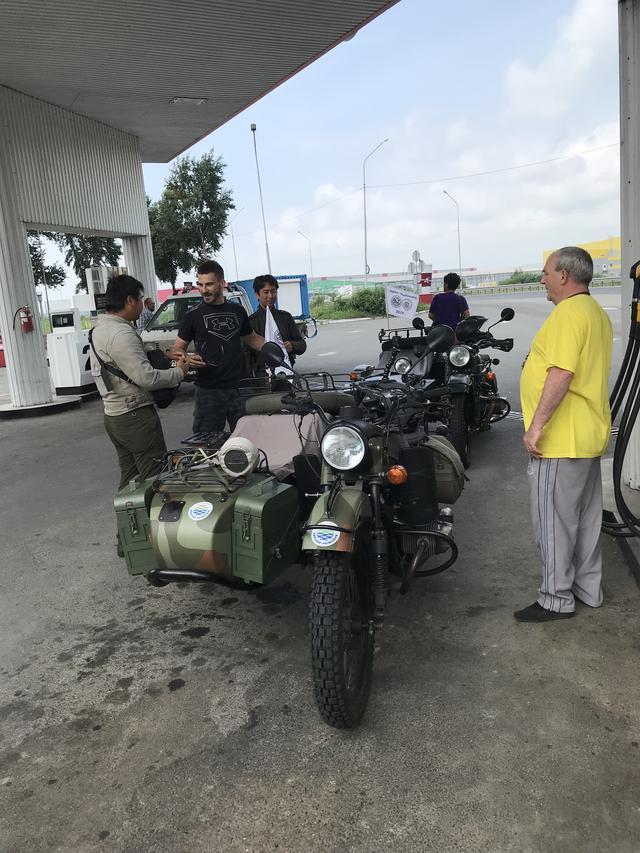 画像: 8月7日(水)は、ウラジオストクから約80kmほどのロケーションにある、プリモルスキー・サファリパークを見学に行きました。移動の途中でガソリンスタンドに立ち寄ったところ、スタンドのおじさんも興味津々でウラルを観察していました。