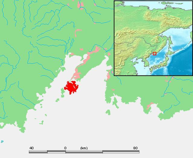 画像: 赤で示されたのがルースキー島。その上のピンクがウラジオストク市街地です。2012年に連絡橋が完成し、めちゃめちゃウラジオストク市街地からのアクセスが向上しました。 ja.wikipedia.org