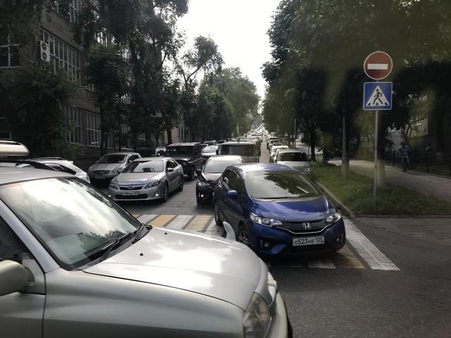 画像: 朝と夕方は特に、ウラジオストク市内は結構渋滞が激しいです! なお白と黄色の線が横断歩道です。