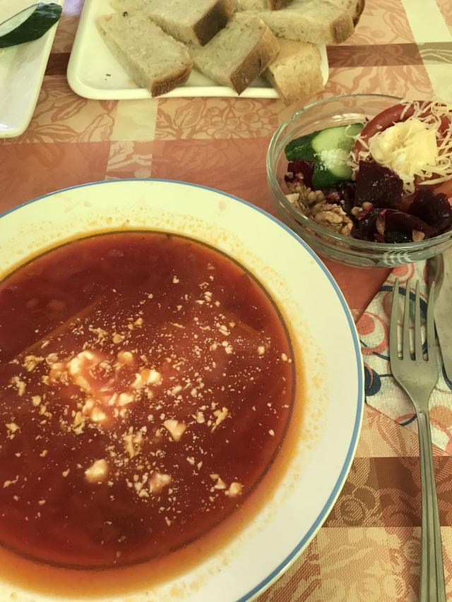 画像: 遅めの昼食は宿のおかみさんがふるまうロシア家庭料理で、まるでお盆にロシアの郷里に里帰りしたような気分になりました(日本人なのに、ヘンですね)。今回の旅ではボルシチ(スープ)を何度も食しましたが、それぞれ味がちょっと変わっていて、日本のお味噌汁のような「それぞれの母の味」感みたいなものを感じることができました。