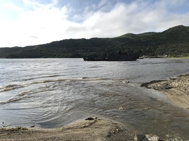 画像: ヴィチャジの宿から近いビーチには、古びた座礁船が放置されており、この地のランドマークになっていました。
