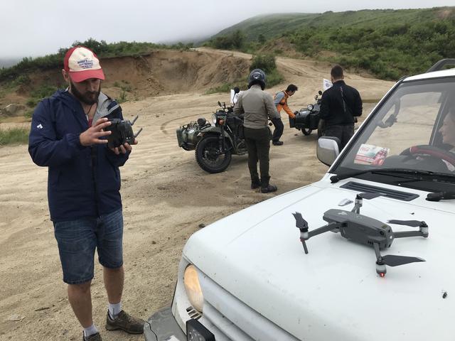 画像: 新規導入したドローンでの撮影にノリノリのセルゲイさん。そのおかげ? で堀田さんと堀内さんは、何度も撮影のために行ったり来たりを繰り返すことに・・・。