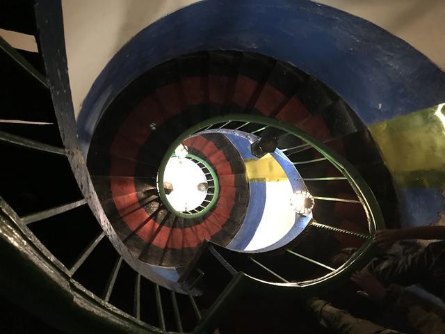 画像: らせん構造の階段を上っていくと・・・。