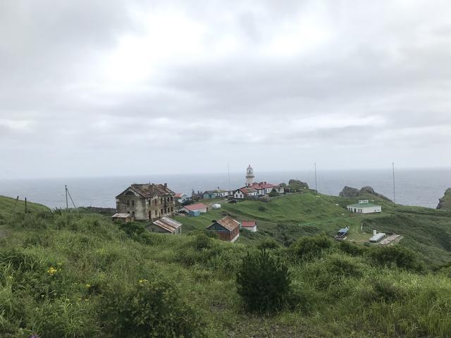画像: 霧の多い極東ロシアの海の安全を、見守り続けてきたガモフ灯台。なおロシア語では灯台のことを「マヤク」と言います。ガモフ灯台は、マヤク・ガモフ・・・となります。日本語では麻薬はドラッグの意味だよ、というネタが今回の旅の間は定番の笑い話になりました。