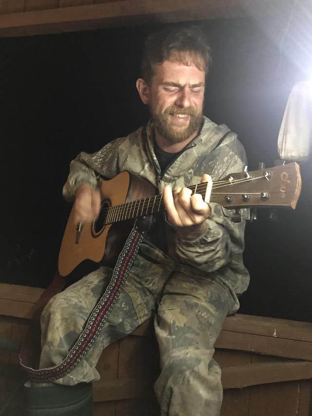 画像: セルゲイさんのギターを手に取り、ロシアの歌を熱唱するピョートルさん。なかなかの熱演ぶりでした!