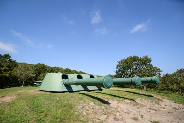 画像: 戦艦の主砲を外して、要塞の攻撃の要とした「305mm3連砲」。 ameblo.jp