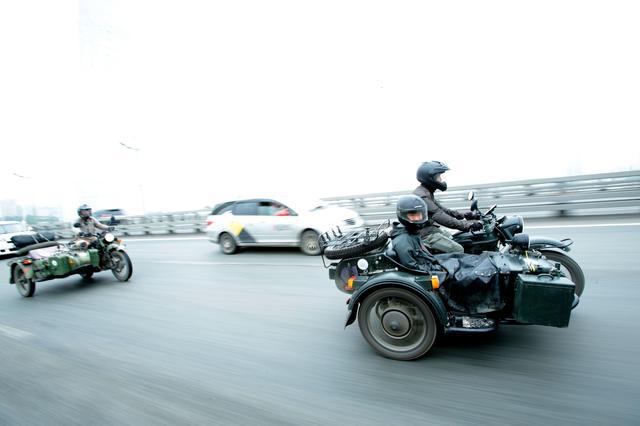 画像: インタビュー取材に続いて、「金角湾大橋」を含む路上での撮影に移行。混んだ交通状況の中でしたが、なんとか無事に撮影を終了することができました。 ©︎奥村純一