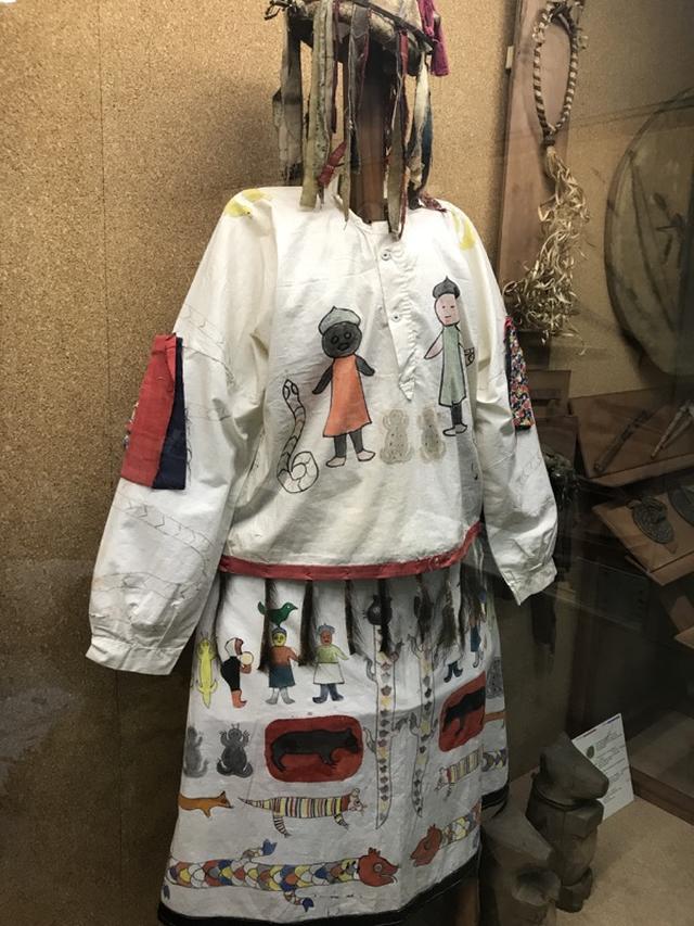 画像: 個人的に興味深かったのが、ナナイ、ウデゲ、オロチといった、アムール地方の先住民族に関する展示でした。シャーマニズム文化のあるナナイ族ですが、この服に描かれた柄・・・ポップすぎてサイコーです! なお先住民族たちは布は生産していなかったので、布自体は中国人との交易で入手していたそうです。