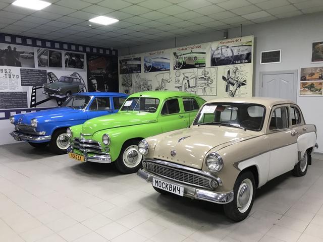 画像: 手前からモスクビッチ403(1962-1965年、4気筒1,360cc)、GAZ-M20  (1946-1958年、4気筒2,111cc)、GAZ-21M ボルガ(1962-1970年、4気筒2,432cc)。4輪車の展示台数はそんなに多くなく、レストアされているため歴史感? はちょっと薄れてはいますが、滅多に見ることができないソ連時代の車両を間近に観察できるのは、とてもありがたい機会に他ありません。