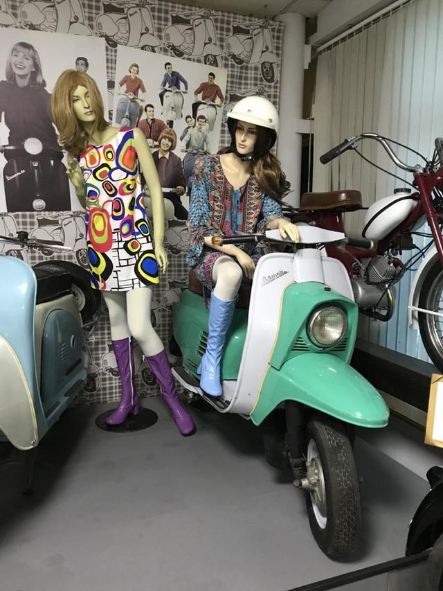 画像: こちらもビャトカ工場で作られたスクーター、B-150M ビャトカ(1966-1974年)です。エンジンは単気筒150ccで、最高出力は6馬力でした。1960年代末〜1970年代初頭っぽいファッションのマネキンがいい感じです。