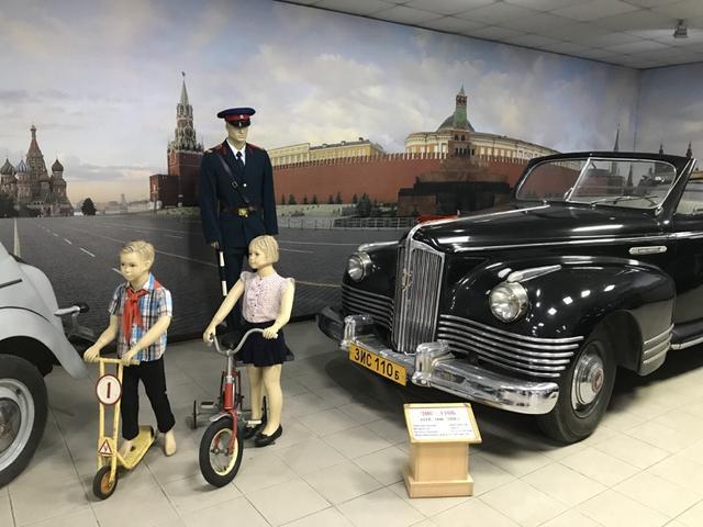 画像: 軍事パレードなどでおなじみ? の、ZiS-110V (1946-1958年)。アメリカのパッカードの影響を受けた7人乗りのオープン式リムジンで、エンジンは8気筒6,007ccです! 個人的には、その前に置かれた3輪車と、ロシア版ローラースルーGOGO? が気になりました(笑)。