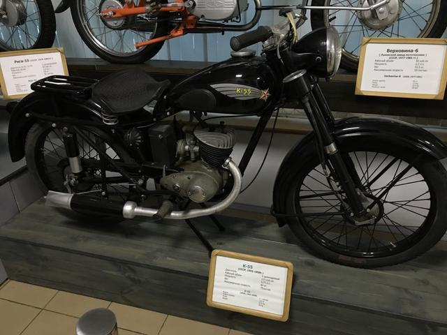 画像: ソ連の戦後の2輪車はドイツ車のコピーが多かったですが、こちらのK-55(1955-1958)もその系譜に入ります。ドイツのDKW RT125(2ストローク単気筒125cc)は世界中でそのコピーが作られた名機ですが、ソ連は1946年にM1Aの名でDKWコピーを生産。このK-55はその発展版ですが、リアスイングアームを備えている点が先進的でした。