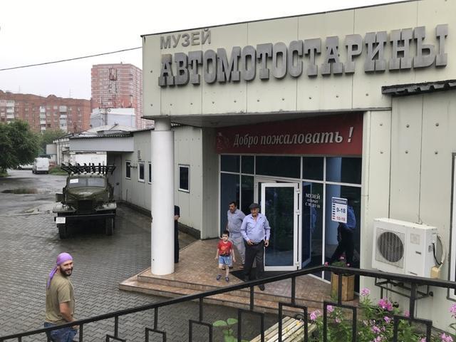 画像: こちらが「ウラジオストク自動車博物館」のエントランス。装甲車と軍用トラック(ZiS-151 (1946-1950))が表に置いてあるのが、目印になっていました。市街地中心部からちょっと離れた、スターリン時代の1939年建設の建物が使われており、アマチュアの自動車クラブなどの協力で、コレクションを揃えることができたそうです。なお料金は大人200ルーブル(317.54円)でしたが、改定があるかもしれないので各自チェックよろしくお願いします!