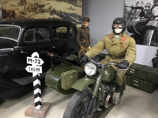 画像: 今回、ウラル・ロシア・ライドに参加したウラルのギアアップのご先祖様にご対面! M-72 (1941-1961年)は、 TIZ-AM600やPMZ-A750に代わる軍用サイドカーとして、1940年初頭から開発されたモデルです。ドイツ軍のBMW R71をサンプルとして入手し、モスクワのMMZ工場でそのコピー的なモデルであるM-72が製造されることになります。水平対向746ccで、最高出力は22馬力。駆動はもちろん? シャフトドライブでした。1941年春の試作車のテストを経て、当初M-72はスターリンモスクワ自動車工場(ZiS)で組み立てられることになりますが、戦争が激しくなると、戦時中は避難のため生産工場をいろいろ移すことになりました。