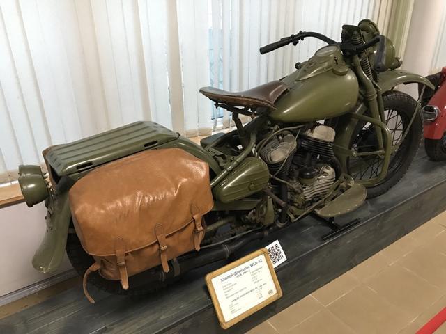 画像: アメリカのハーレーダビッドソンWLA42は、連合国の最も有名な軍用モーターサイクルのひとつですが、このモデルは戦時中ソ連にも提供され、複数のソースによると3万〜5万8,000台が北の大地に届けられたそうです。ソロで使われるほか、M-72用の側車を付けたバージョンも活躍し、戦後もソ連軍で使われ続けたそうです。