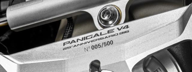 """画像: 限定車である""""パニガーレV4 25°アニバーサリオ916""""のステアリング・トップブリッジには、シリアルナンバーが記されます。「005/500」番は一般的な販売方法ではなく、 www.ducati.com"""