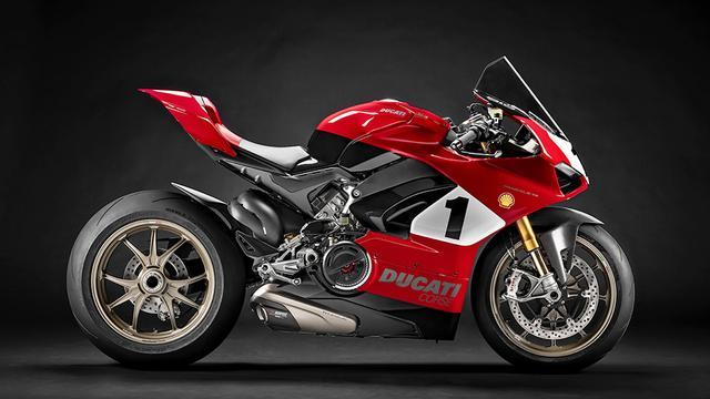 """画像: 1999年のスーパーバイク世界選手権でタイトルを獲得した996 SBKを意識したカラーリングを採用する""""パニガーレV4 25°アニバーサリオ916""""には、鍛造マグネシウム製のマルケジーニ・レーシング・ホイールや、公道走行用の認証を受けたチタニウム製アクラポヴィッチ・エグゾーストなどの、特別なパーツが多数装着されています。 www.ducati.com"""