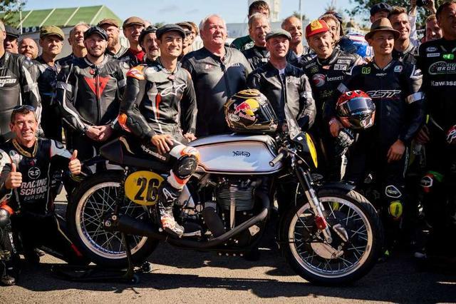 画像: おなじみのゼッケン「26」をつけたマンクス・ノートンにまたがり、記念撮影に参加するD.ペドロサ。バイクの後ろは元SBK(世界スーパーバイク選手権)王者のトロイ・コーサー。彼はこのイベントの常連ですね。 2wo.gr