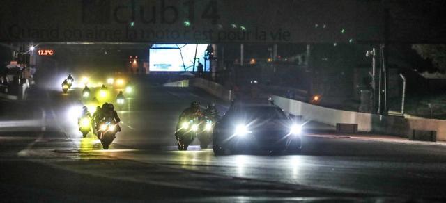 画像: セーフティーカーの後方、隊列走行をするライダーたち。 www.fimewc.com