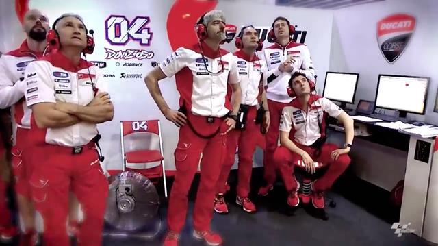 画像: 中央のヒゲの人物、ドゥカティ・コルセのマネージャー、ジジことルイジ・ダリーニャは動画のなかで、ドゥカティでのキャリアのなかで最もエキサイティングだった瞬間は、ドゥカティのMotoGPマシン、GP15のデビュー戦となった2015年カタールGPと語っています。このレースでドゥカティは、V.ロッシ(ヤマハ)に次ぐ2、3位の座を、ウイングレット採用のGP15で得ています。 www.youtube.com