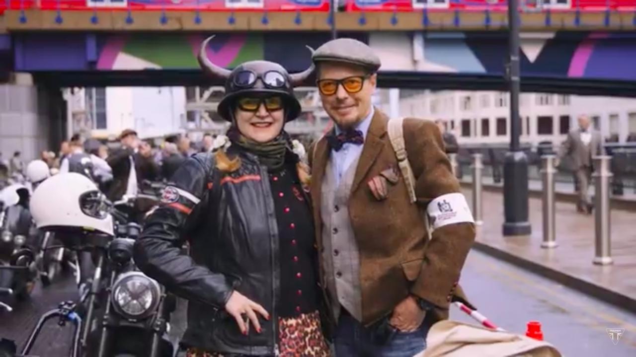 画像: ツノがついたヘルメットがウケますね。 www.youtube.com