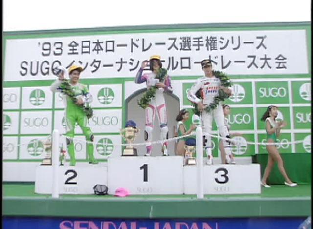 画像: 表彰台の中央に立つノリック。ストップ・ザ・ノリックに賭けたベテランたちの戦いぶりも、この作品の見どころといえるでしょう。 wick.co.jp