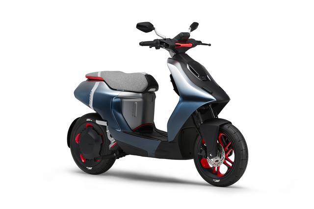 画像: E02 イー ゼロツー (参考出展車) 都市内の移動に最適な次世代電動コミューター(エンジン出力50cc相当)。小型・軽量で扱いやすいライトなボディに、手軽な着脱式のバッテリーを搭載。電動ならではの滑らかでスムーズな走りを追求し、EVをより楽しく、より身近に感じる新しい価値を提案する。バッテリーとモーターで構成されるパワートレインを視覚化したデザインの採用により、軽快な走りを表現。 global.yamaha-motor.com