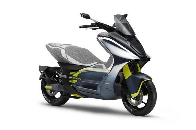 画像: E01 イー ゼロワン (参考出展車) 都市間を快適に移動できる余裕を持った、急速充電にも対応した都市型コミューター(エンジン出力125cc相当)。スクーター技術とEV技術を融合し、日常ユースでの実用性と従来のスクーターを上回る走りの上質感を両立。優れたコンフォート性能と、新時代のスポーティーさを特徴的に表現したデザインを採用する。 global.yamaha-motor.com
