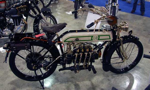 画像: 1913年型FN4気筒。ベルギーの2輪車メーカーだったFNは、20世紀初頭から4気筒エンジン搭載車を製造販売していました。 en.wikipedia.org