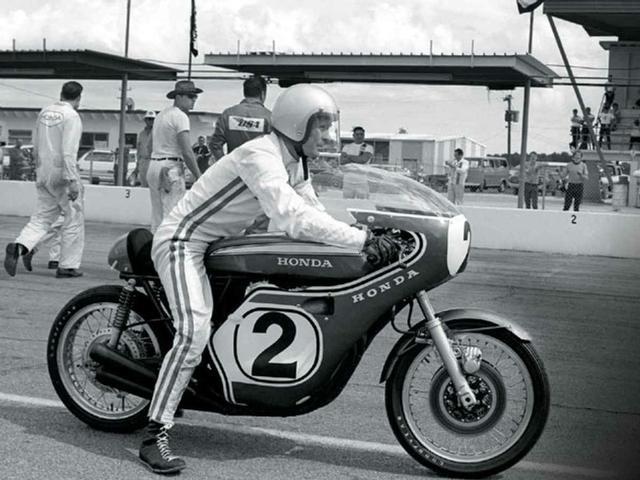 """画像: 1970年デイトナ200マイルで勝利した、ディック・マンとホンダCB750R。いわゆる""""4本出し""""の排気系を採用していました。 vintagemotorcyclereview.com"""
