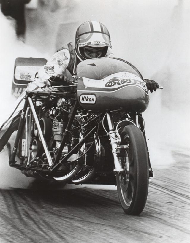 画像: RCエンジニアリング創業者のラス・コリンズ。ジ・アサシン、ソーサラー(写真)、そしてAT&SF=アッチソン・トピカ・アンド・サンタフェと、ホンダCB750FOURエンジンを作ったドラッグレーサーで、コリンズは数々のレコードを残しました。 www.motorcyclemuseum.org
