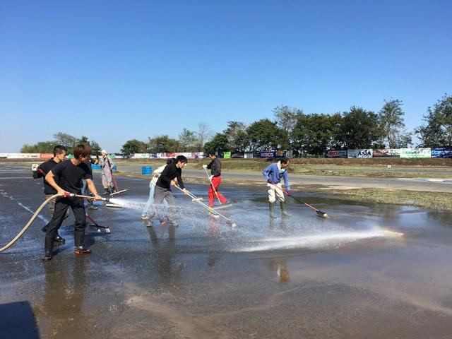 画像: 10月14日から毎日、「テルル 桶川スポーツランド」ではボランティアの人々による復旧作業が、8:00〜15:30の時間で行われています。16日時点では、一部の電気と水道は復旧しているとのことです。 okspo.jp
