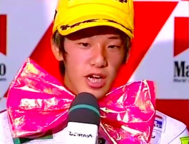 画像: 1998年日本GP250ccクラスを制覇し、インタビューに応える加藤大治郎(ホンダ)。あどけない表情が懐かしいです。 www.youtube.com