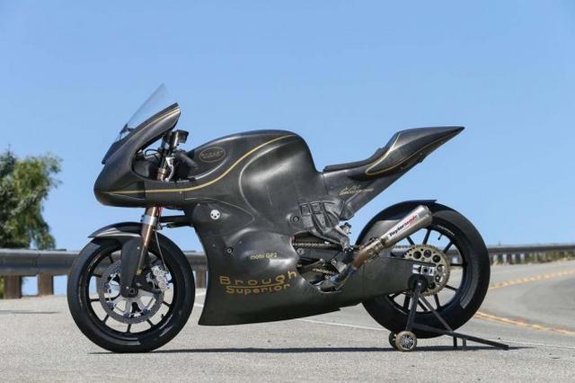 画像: 2014年に発表された、英国のブラフ・シューペリアのモト2マシン。フェアリングを兼ねる完全なモノコック構造を採用。材質はカーボン製。 www.motorcycle.com