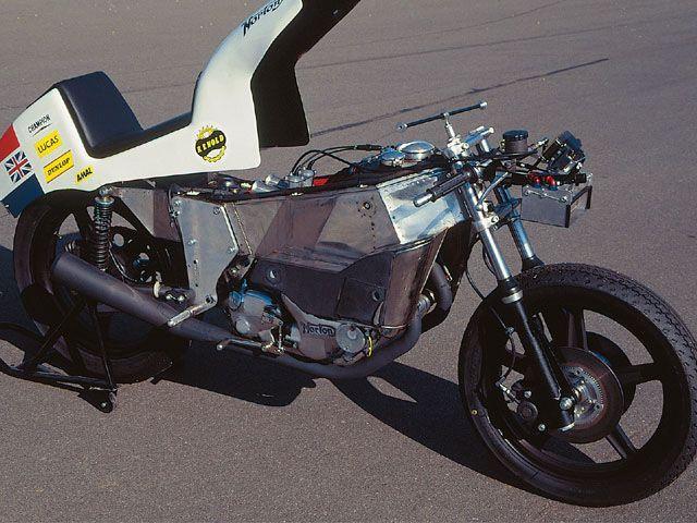 画像: モノコックの材質は初期はスチール鋼板でしたが、ステンレスになりました。キャブレターの位置がパニアタイプと呼ばれる左右振り分けの燃料タンクより高いため、スイングアームの上下動で作動する燃料ポンプを採用しています。 image.motorcyclistonline.com