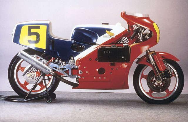 画像: 1979年型ホンダNR500(0X)。フェアリングを兼ねる完全なモノコック構造が特徴でした。モノコックのほか、オーバルビストンの32バルブ4ストロークV4エンジン、16インチホイール、サイドラジエターなど、数々の技術的な挑戦が盛り込まれていましたが、実戦では一度も完走することがありませんでした。 world.honda.com