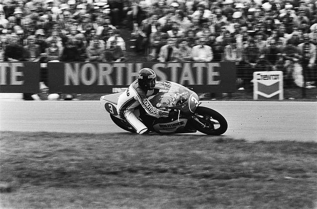 画像: 1980年ダッチTT(オランダGP)350ccを勝利したJ.エクロードとビモータYB3。この年3勝したエクロードは、カワサキKR350を駆るアントン・マンクをわずか3ポイント差で退け、見事350ccクラスチャンピオンになりました。 it.wikipedia.org