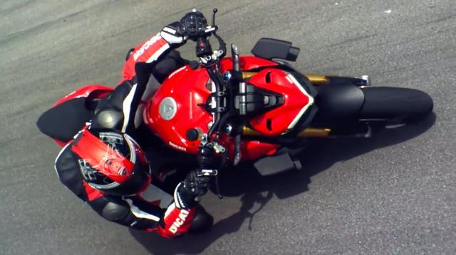 画像: バイプレーン(複葉機)ウイングス・・・と呼ばれる、エアロパーツを装着!! MotoGPなどロードレースの世界でトレンドとなったウイング(ウイングレット)を採用することは、今後スポーツ系公道車にも定着していきそうな気がします(突起物ゆえの安全性の問題も気になりますけど)。 www.youtube.com