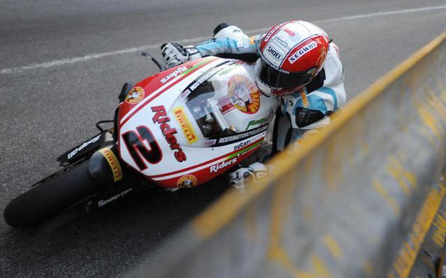 画像: 2011年のマカオGP。ドゥカティ1098で優勝したマイケル・ラッター。手前のガードレールとの距離に注目! images.mcn.bauercdn.com