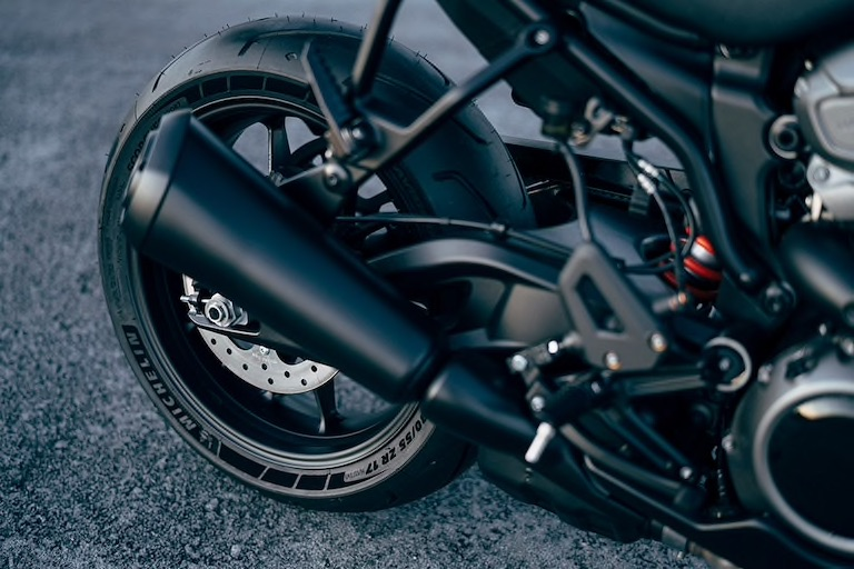 画像: 装着するタイヤは、ミシュランが専用スペックで開発。湾曲したスイングアームが、個性的なスタイリングの構成要素のひとつにもなっていますね。 www.harley-davidson.com