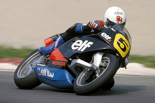 画像: ELF 3 1986 エンジンはワークスホンダNS500を採用。シーズンを通し、英国人ライダーのロン・ハスラムがポイントを獲得することに成功しています。 rodrigomattardotcom.files.wordpress.com